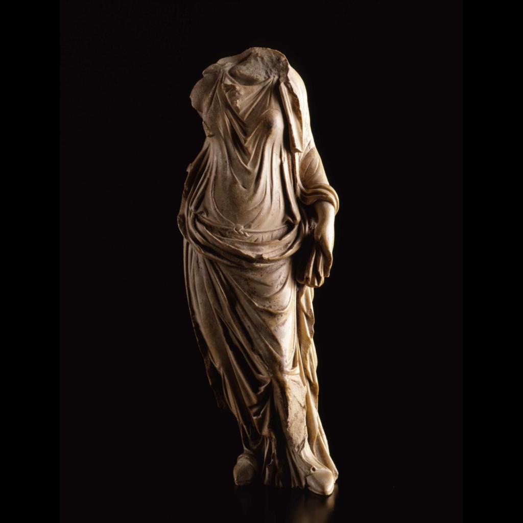 Statue de femme drapée debout en calcaire ivoirin