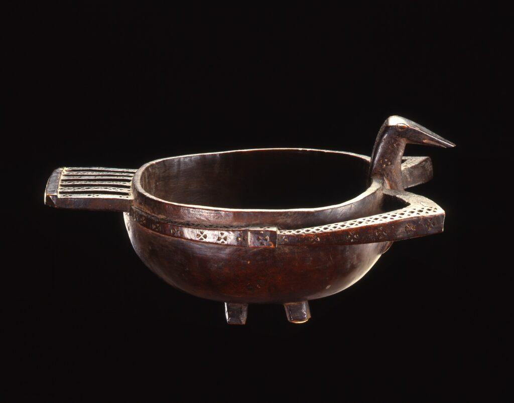 Coupe en bois dur représentant un oiseau mythologique provenant des Îles de l'Amirauté